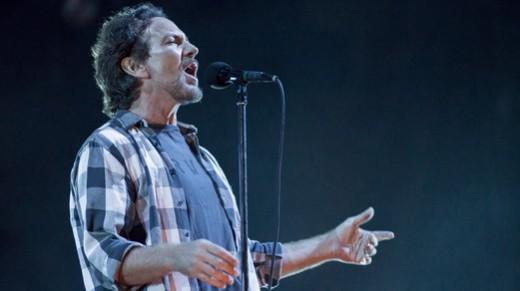 O líder do Pearl Jam, Eddie Vedder, testando a voz num começo de show morno no Maracanã