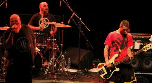 João Gordo, o nervoso baterista Boka e o baixista Juninho durante o show do Ratos de Porão