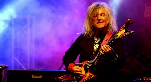O genial guitarrista Robertinho de Recife, que mostra boa forma mesmo depois de tantos anos afastado
