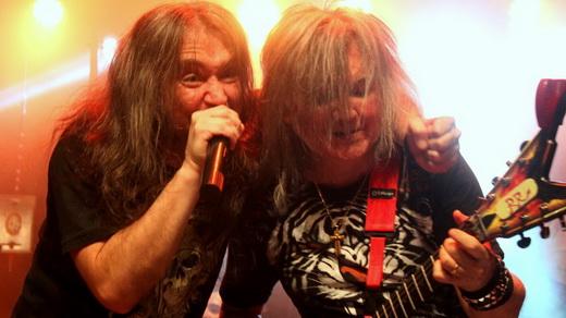 Luciano Leminski, o melhor vocalista da fase heavy metal, canta abraçado a Robertinho de Recife