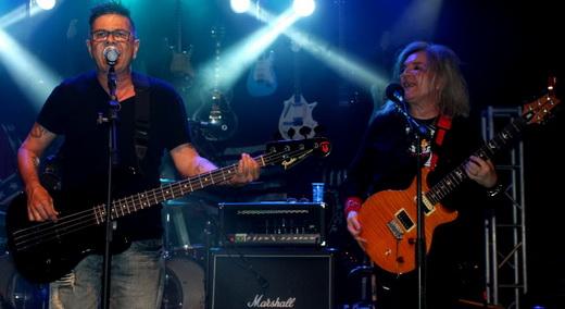 Fase brega: o vocalista do Yahoo, Zé Henrique, toca baixo na versão de 'Love Bites', do Def Leppard