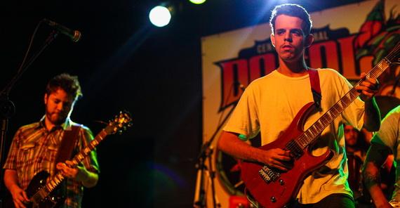 Ruído de Máquina: o guitarrista virtuose Russel William (D) é quem regula o bom potencial do quarteto