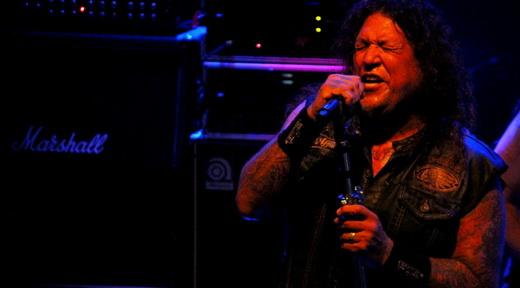 O vocalista Chuck Billy mostra que continua como ótimo frontman, com mais de 30 anos de carreira