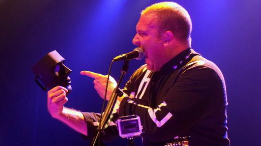 O vocalista do Unmasked Brains, Reinaldo Leal, leva um papo com a própria máscara durante o show