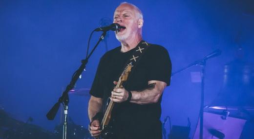 David Gilmour canta e toca guitarra no início do show de sábado, na Allianz Arena, em São Paulo