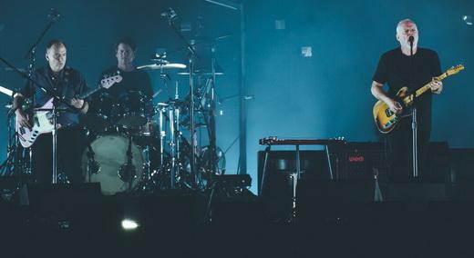 O baixista Guy Pratt, o bom baterista Steve DiStanislao e David Gilmour com sua guitarra surrada