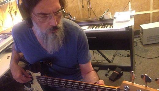 Compenetrado, Lobão grava com baixo pela primeira vez em um disco, no seu próprio estúdio