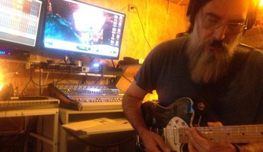 Lobão toca guitarra para o novo álbum, lançado após projeto de crowdfunding superar a meta em 22%