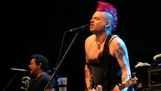 O baixista/vocalista Fat Mike exibe o modelito punk meretriz no movimentado show do NOFX