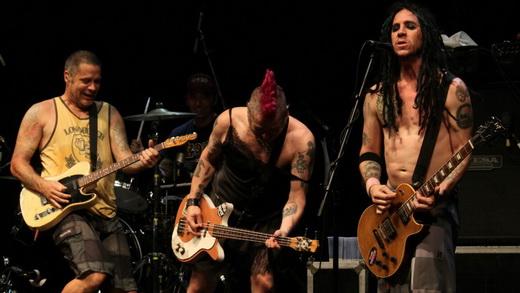Na ópera punk 'The Decline', o baterista Erik Sandin toca guitarra com Fat Mike e com Eric Melvin