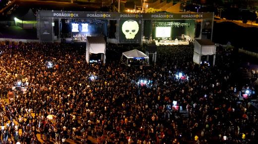 Vista do alto dos dois palcos principais do Porão do Rock, incluindo o público e a área de convivência