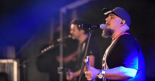 O líder do Raimundos, Digão, canta e toca guitarra muito à vontade no posto que lhe cabe