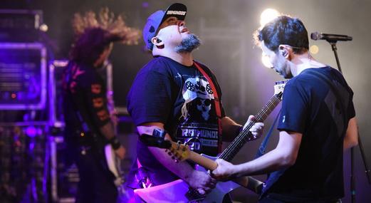 Digão e o guitarrista Marquim agitando no meio do palco durante o show de encerramento do Porão