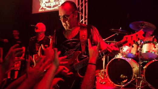 O guitarrista do Venom Inc., Jeffrey 'Mantas' Dunn, toca aclamado pelos braços do público carioca