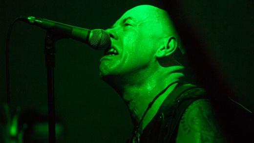 A expressão do vocalista/baixista Tony 'Demolition Man' Dolan, único não integrante da formação clássica