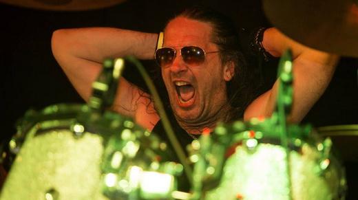 Com pegada: o baterista Anthony 'Abaddon' Bray demonstra muita vitalidade é um dos preferidos dos fãs