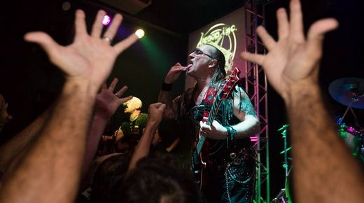 Público enlouquece com os 17 clássicos do Venom tocados no lotado Rock Experience, nesta quinta, no Rio