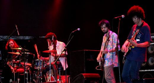 Boogarins: a bateria de Ynaiã Benthroldo, alinhada com os demais integrantes, na frente do palco