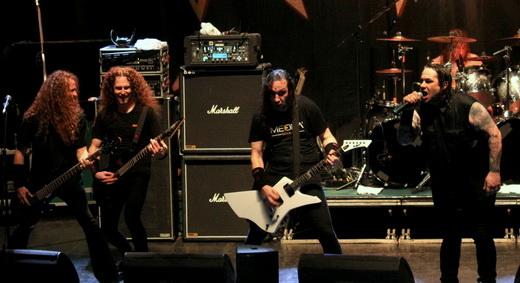 Relax: o baixista Jack Gibson se diverte com o guitarrista substituto Kragen Lum, à esquerda no palco