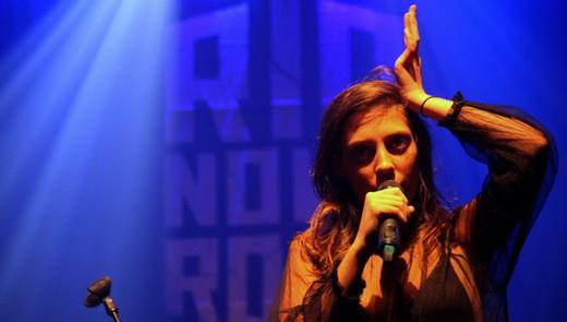 A desprendida vocalista e tecladista Luiza Pereira, que conduz a boa viagem sonora do Inky no Imperator