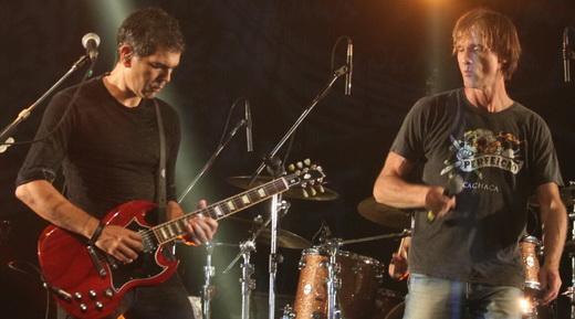 Dado Villa-Lobos e Marcelo Bonfá também cantam solo em algumas músicas durante o show
