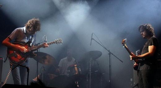 O Terno se converte em power trio, sob as bênçãos do fantasma de Hendrix, que habita a lona do Circo