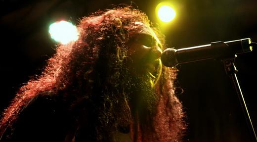 Test: o guitarrista João Kombi, que passa o show todo perseguindo o ultrarrápido baterista Barata