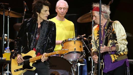 A dupla de guitarristas Ron Wood e Keith Richards, usina que move os Stones, com o batera Charlie Watts