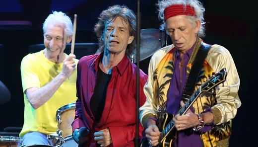 Jagger e Richards, criadores de grandes clássicos do rock em todas as época, juntos no palco; Watts ri