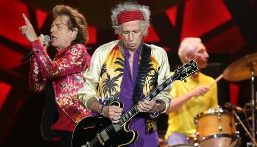 Mick Jagger passa batido entre Keith Richards e Charlie Watts durante a apresentação do Maracanã