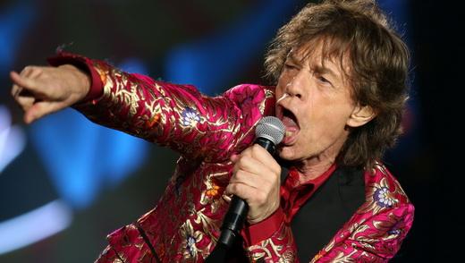 O incansável Jagger canta e aponta para o público; com chuva forte, 66 mil pessoas lotaram o Maracanã
