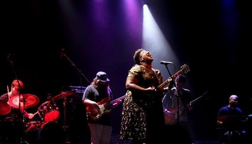 Alabama Shakes em ação: a Super Brittany lidera o grupo tocando guitarra e soltando o vozeirão