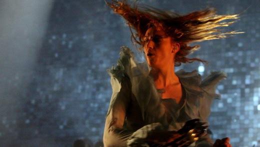 Uma máxima da noite: o giro sobre si própria de Florence Welch, que desce para tocar no público