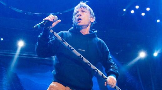 Toda a presença de palco do vocalista Bruce Dickinson, que não para em sua plataforma particular