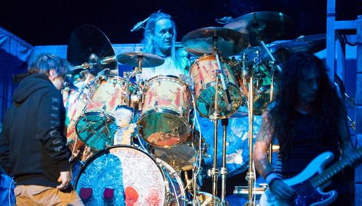A super bateria de Nico McBrian, com o baixista Steve Harris à direita e Bruce, de costas, à esquerda