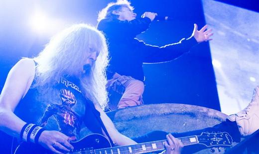 O guitarrista Janick Gers toca no piso enquanto Bruce DSickinson solta a voz acima, na plataforma