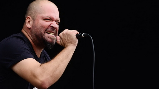 O vocalista do Marrero, Anderson Kratsch, mostra que sabe se movimentar em um palco, quando há espaço