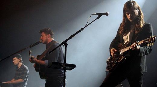 O tecladista Ben Lovett, Marcus Mumford e o guitarrista Winston Marshall: banda em franca transição