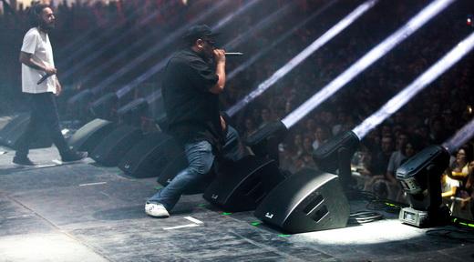 A dupla de rappers do Planet Hemp vai ao ataque na direção do público, que responde muito bem