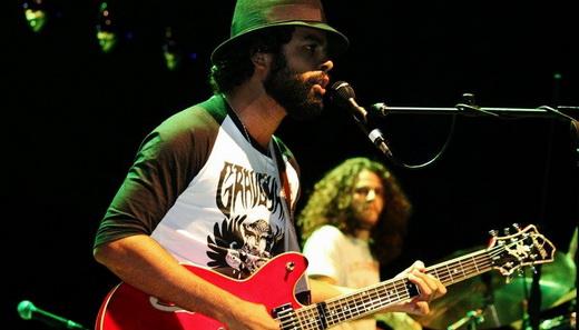 Júlio Andrade com o baterista Gabriel 'Ward' Carvalho: dois integrantes e um barulho danado
