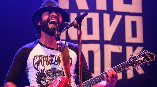 O guitarrista do The Baggios, Júlio Andrade, força a voz durante o show pesado do grupo de Sergipe