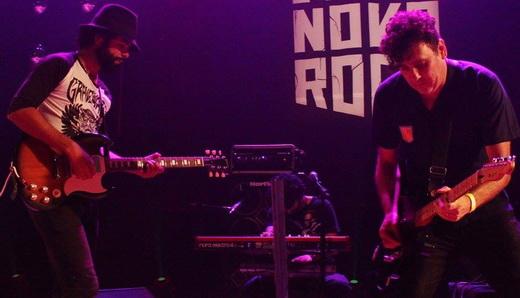 Júlio Andrade recebe o guitarrista do Autoramas, Gabriel Thomaz, durante o show do The Baggios