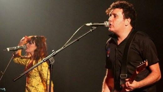 Gabriel Thomaz canta durante o show do Autoramas, com o acompanhamento de Érika Martins ao fundo