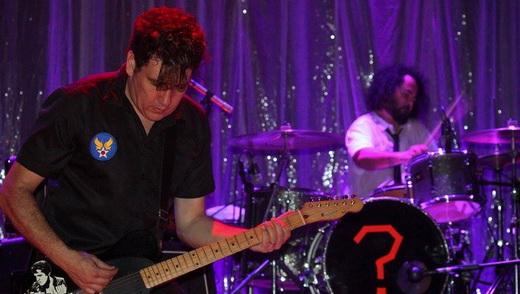 Enquanto Gabriel sola na guitarra, Fred Castro senta o braço na bateria de bumbo enigmático