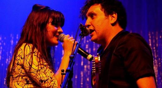 O casal feliz Érika Martins e Gabriel Thomaz, em um dos 'momentos Jane & Herondy' da noitada de rock