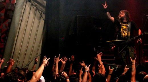 O vocalista e guitarrista Marcus D'Angelo agita o público durante o show de abertura, do Claustrofobia
