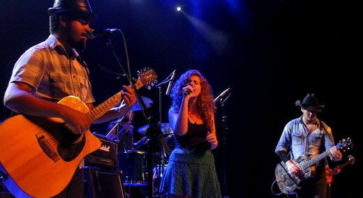 A boa banda Facção Caipira, na abertura, com a participação da ótima cantora Rebeca Sauwen