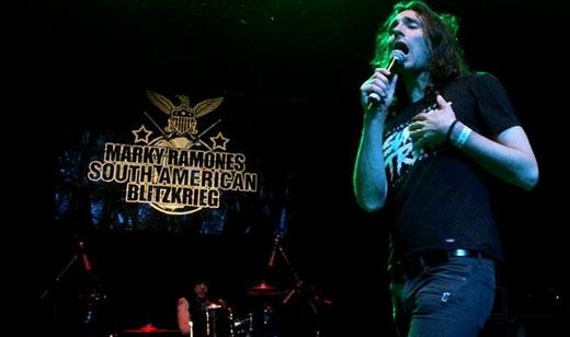 Marky no fundo, com o novo vocalista, Oscar Chinellatto, cuja voz lembra a de um tal de Joey Ramone