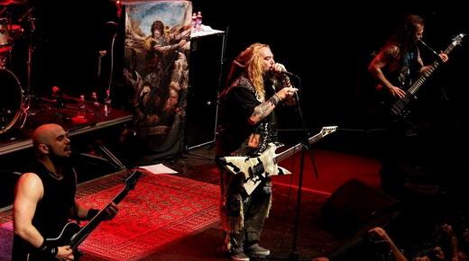 O guitarrista Marc Rizzo, Max e o baixista Mike Leon; o batera Kanky Lora (fora da foto) completa o time