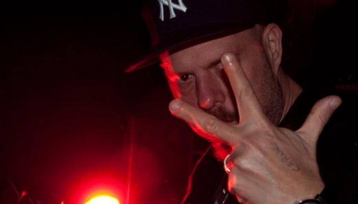 Wilson Power pronto para tocar mais um set de rock em uma de suas festas na noite carioca